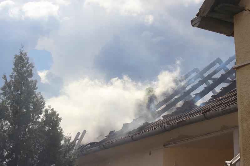 Kigyulladt egy ház tetőszerkezete Gávavencsellőn című videó előképe