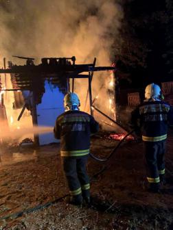 A lángoló melléképülethez a nyíregyházi hivatásos tűzoltók vonultak