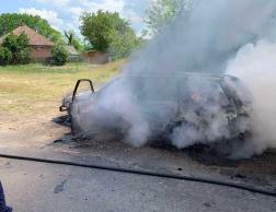 Sűrű, szürke füst vette körül az égő autót