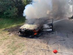 Vízsugárral oltják a lángokat a penészleki autónál