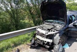 Közeli felvétel a szalagkorlátnak csapódott autóról