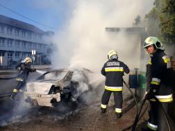 Két vízsugárral oltották az égő autót Nagykállóban