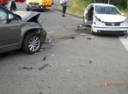 Két autó ütközött Ajaknál, a fotón a két sérült jármű látható.