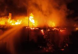 Teljes terjedelmében lángolt a nádfedeles tető.