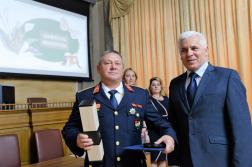 A kitüntetett Császári Csaba mellett dr. Kovács Ferenc polgármester áll.