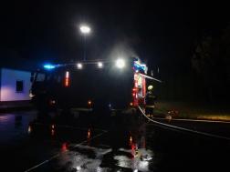 Az egyik helyszínre vonuló tűzoltószer látható a képen.