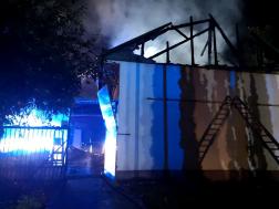 A tetőszerkezet teljes terjedelmében égett, a felvétel a tűzoltás után készült.